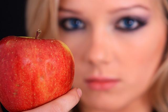 dívka s jablkem