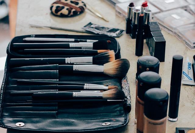 dekorativní kosmetika a štětce