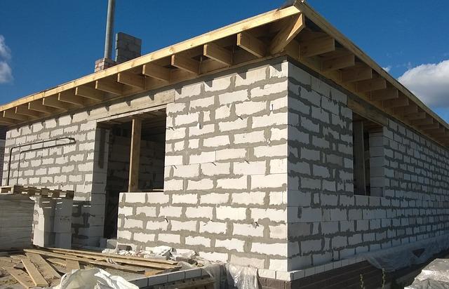 dům běhěm stavby