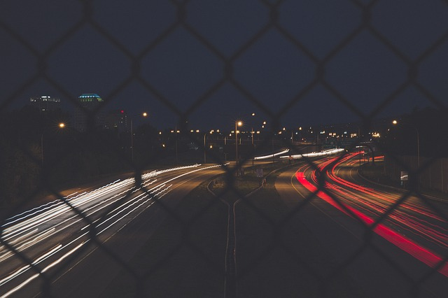 osvětlená silnice z mostu