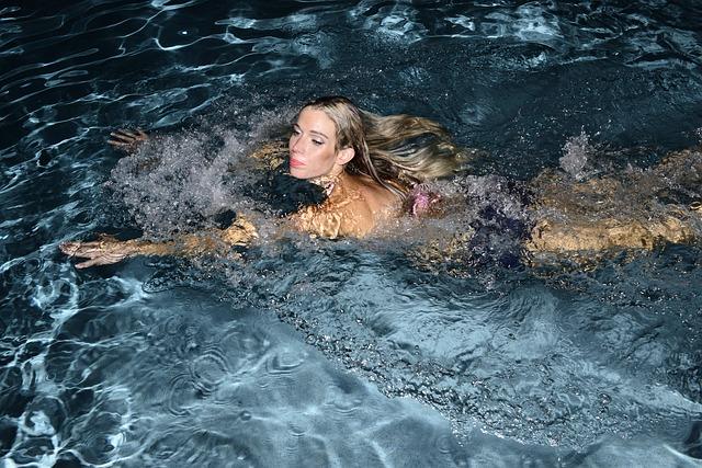 Plavání v bazénu