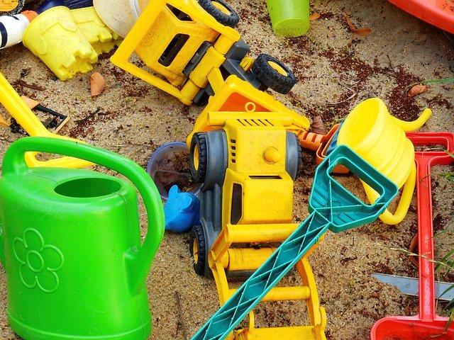 hračky na pískovišti