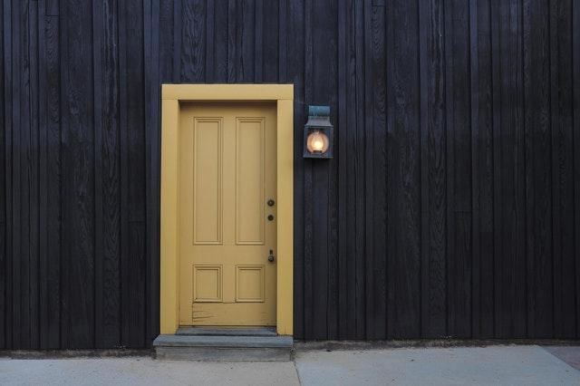 žluté dveře, vstup