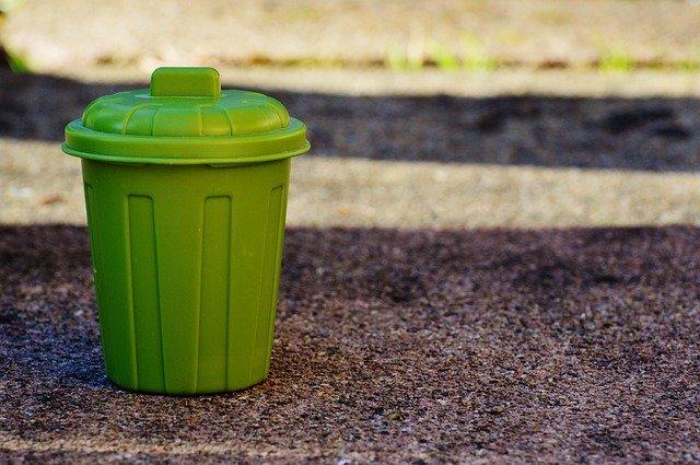 malý zelený odpadkový koš