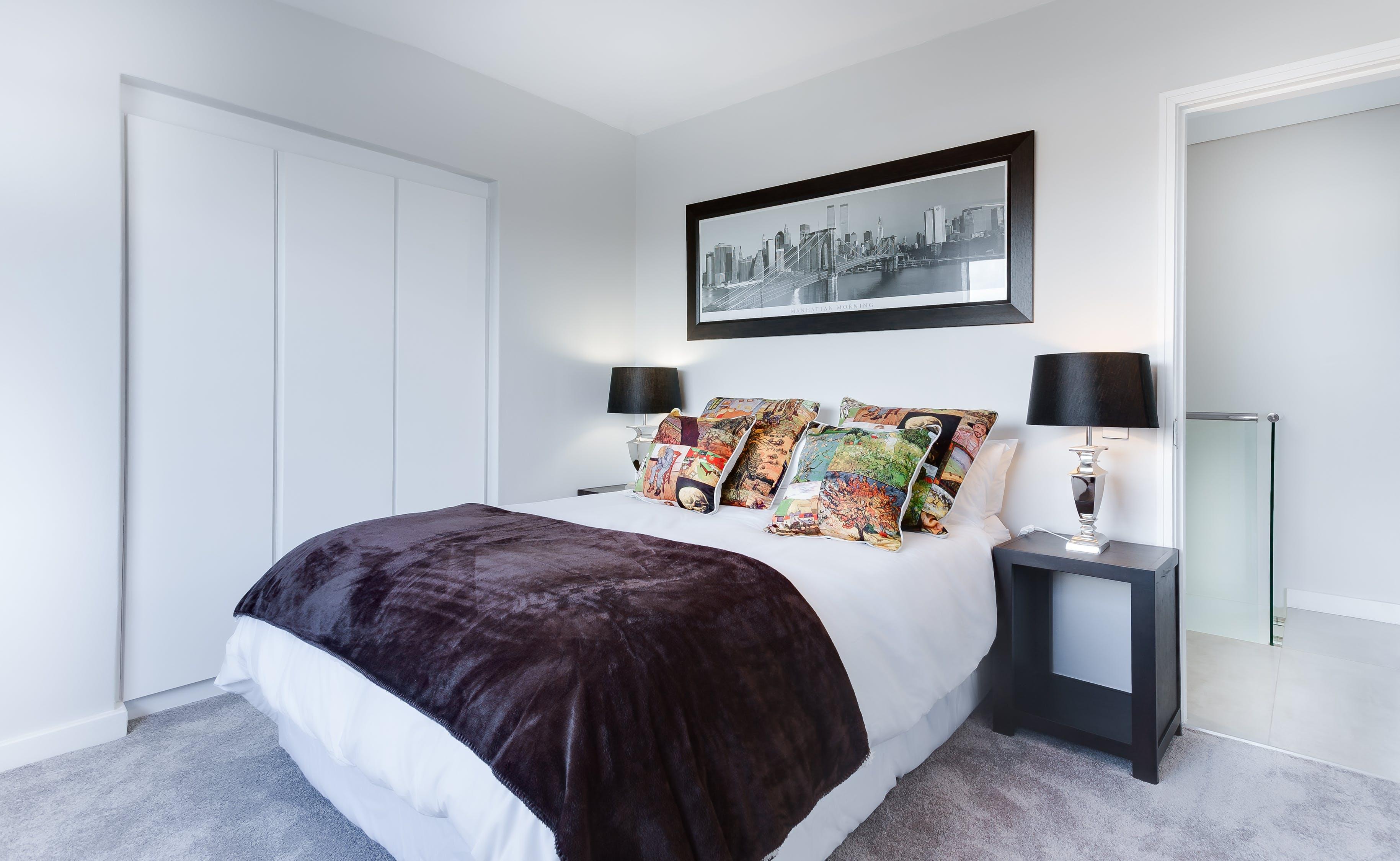 ložnice, postel a nábytek