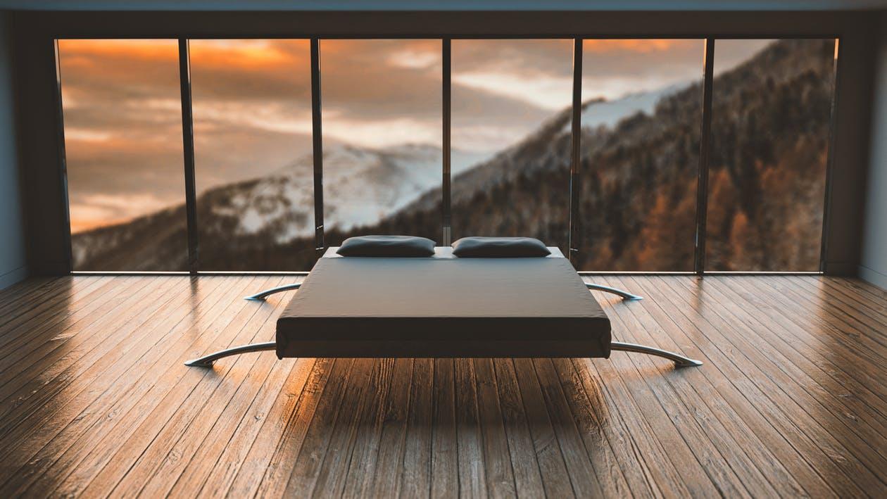 postel v holé místnosti